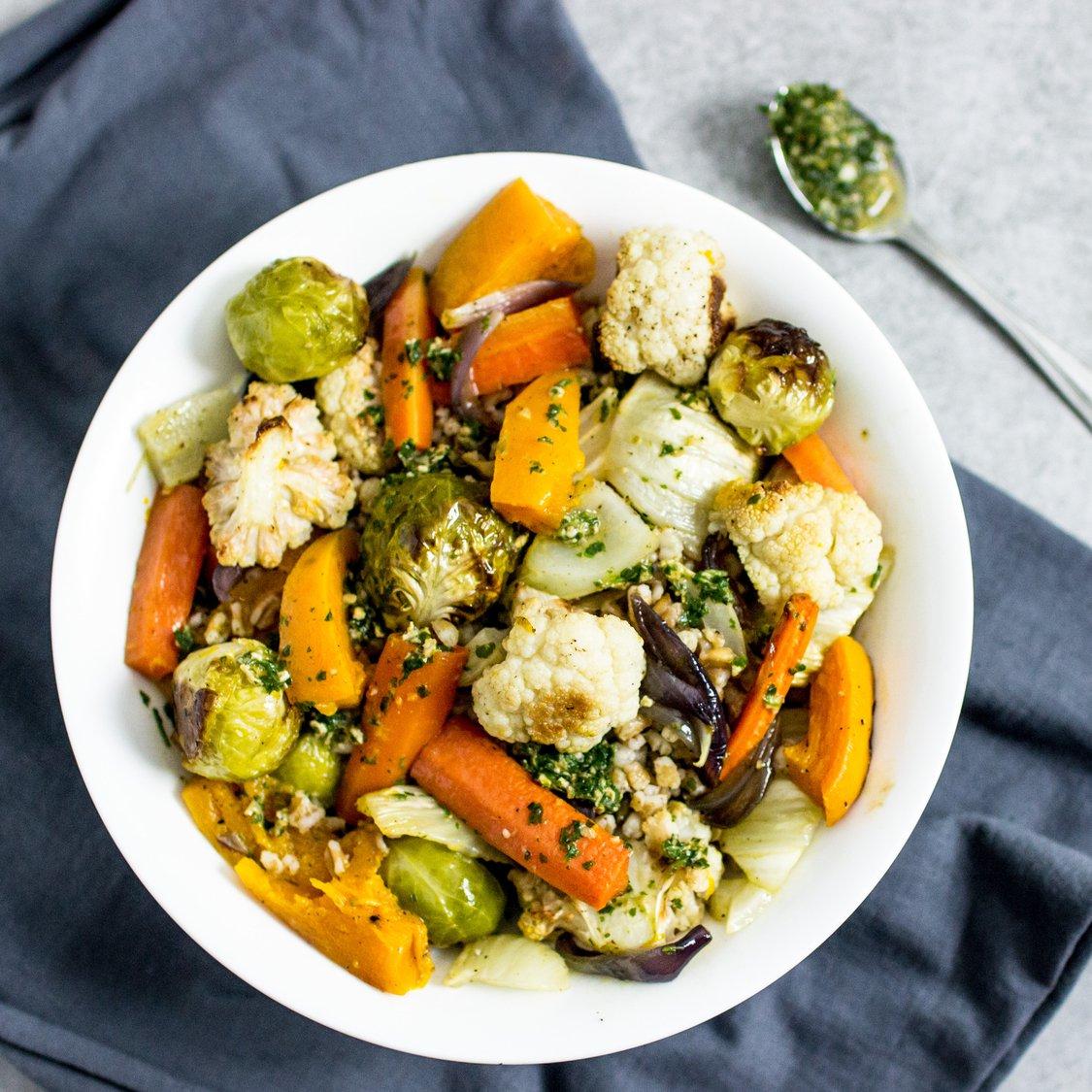 Dinkel mit geröstetem Gemüse und Salsa Verde