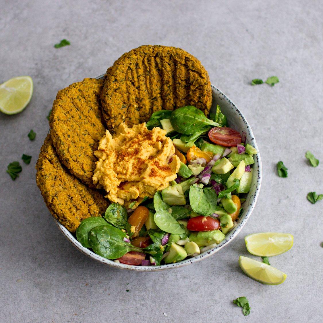 Hirsepatties mit Süßkartoffelhummus und Salat