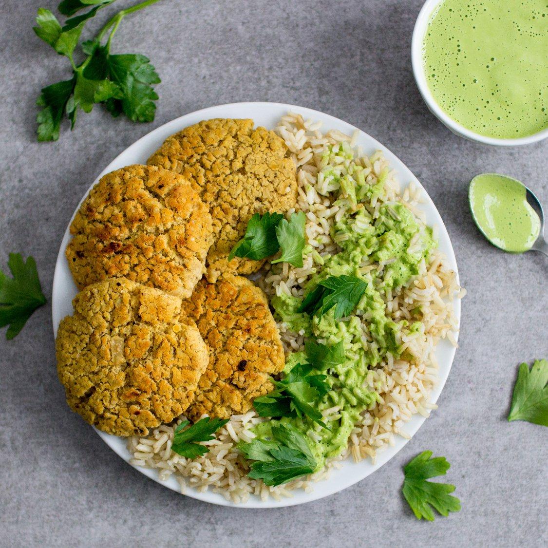 Linsen Quinoa Patties mit grünem Tahini und Naturreis