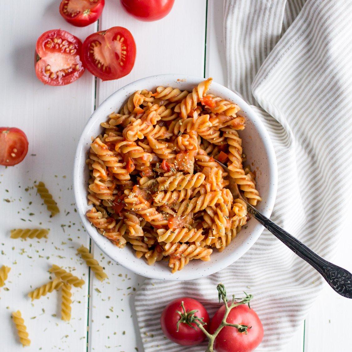 Nudeln mit Tomaten-Paprika-Bolognese