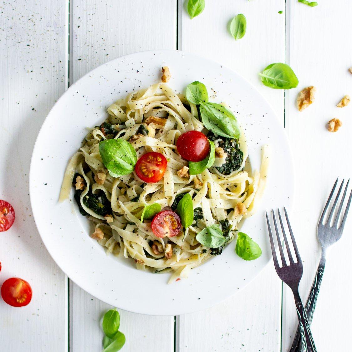 Tagliatelle mit Spinat und Tomaten