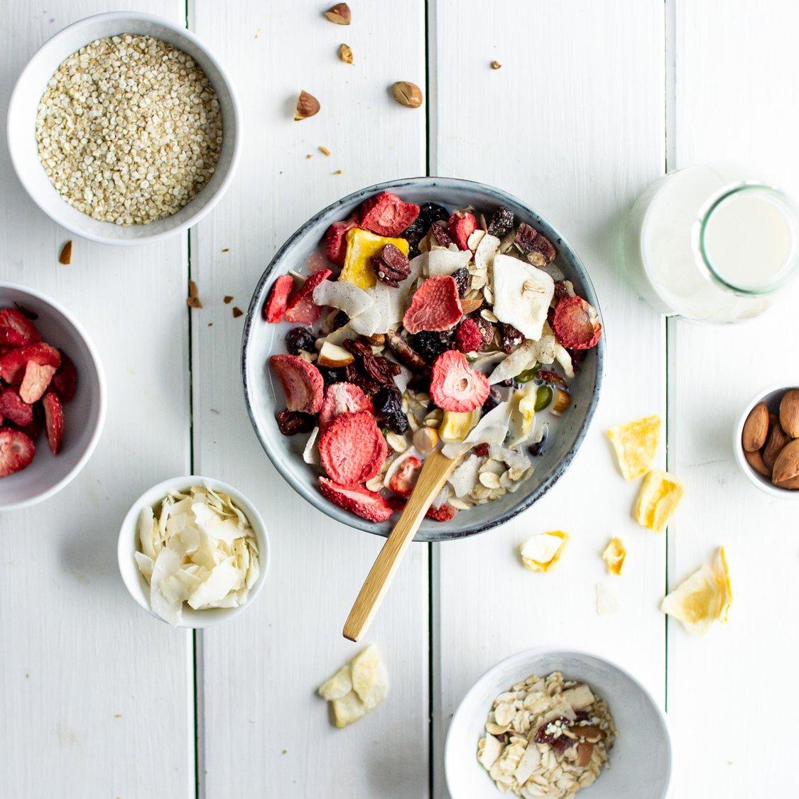 Fruchtmüsli mit Quinoaflocken und Nüssen