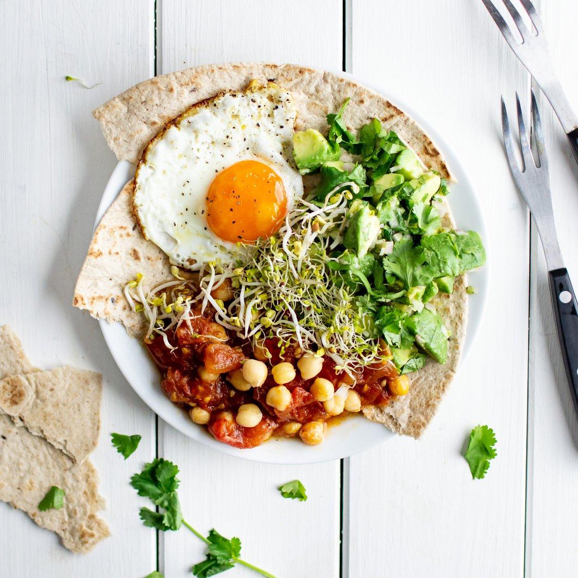 Tomatenfrühstück mit Avocado und Spiegelei