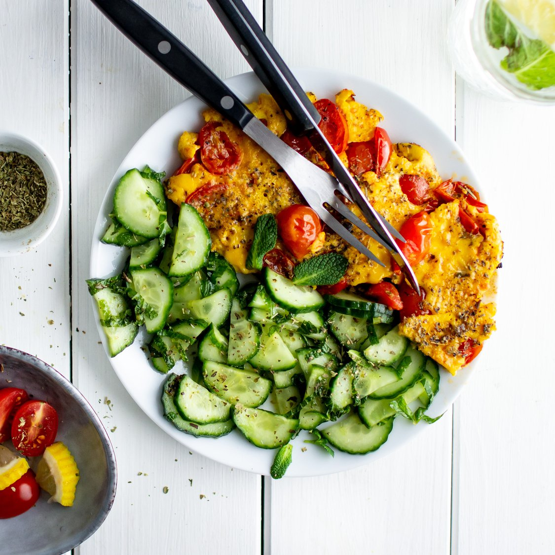 Omelett mit Kirschtomaten und Gurkensalat