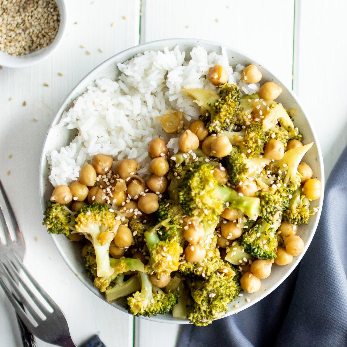 Brokkoli-Kichererbsenpfanne mit Reis